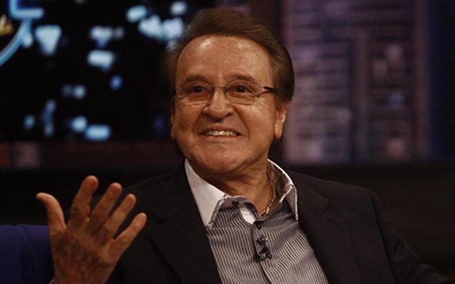 9e24d26761 Quico vai a velório de Chaves e abraça Dona Florinda após 35 anos ·  Notícias da TV