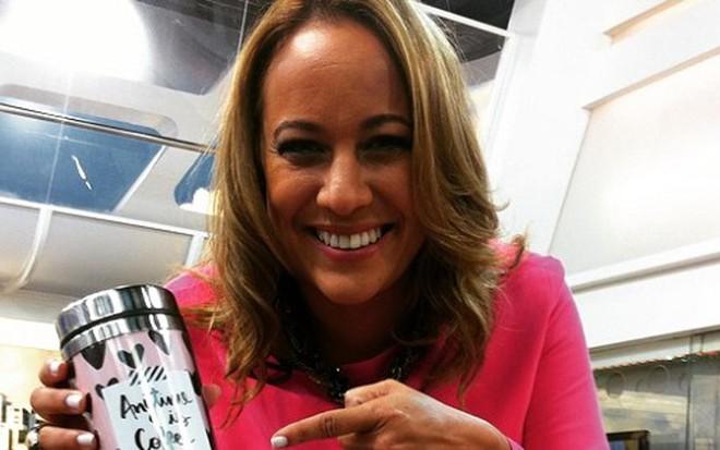 A apresentadora Renata Alves segura copo cor-de-rosa nos bastidores do Hoje  Em 0a62fe5e8b
