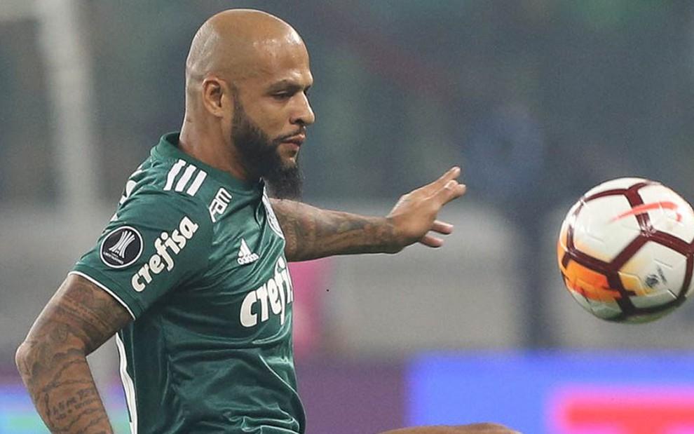 O volante Felipe Melo tenta dominar a bola em lance da partida entre Palmeiras e Boca Juniors - Cesar Greco/Agência Palmeiras