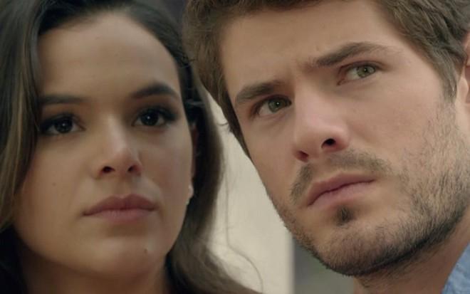 Mari (Bruna Marquezine) e Ben (Maurício Destri) receberão encomenda assutadora - Reprodução/TV Globo