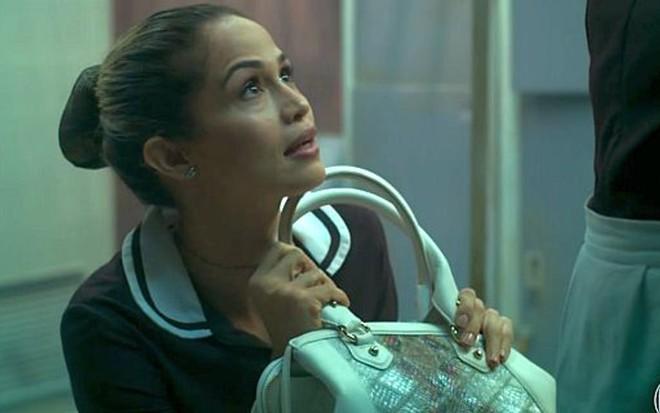 Sandra Helena (Nanda Costa) com a bolsa de grife em cena de Pega Pega, novela das sete - Reprodução/TV Globo