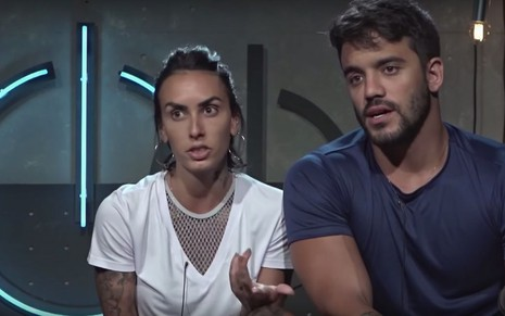 Os participantes do reality show Power Couple Anna Clara Maia e André Coelho em cenário da Record