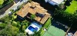Vista aérea da mansão do apresentador Ronnie Von, com direito a piscina e quadra de tênis