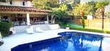 Cercada por verde, a piscina é um dos espaços que Ronnie Von usa para receber os amigos