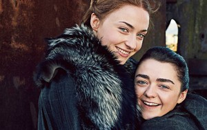 Sophie Turner e Maisie Williams em foto promocional da nova temporada de Game of Thrones - Reprodução/Enterteinment Weekly