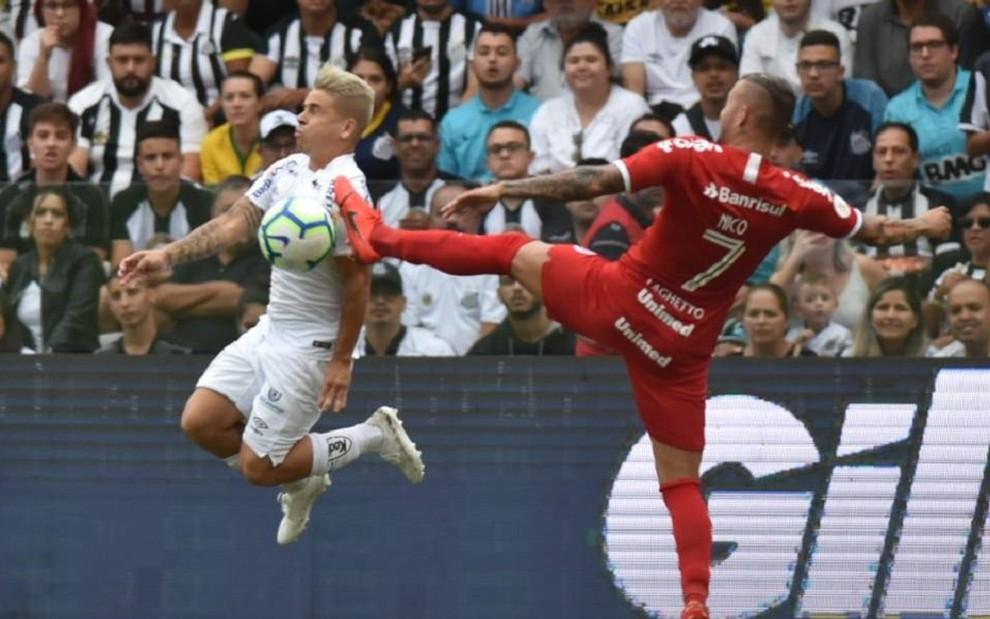 Soteldo e Nico Lopez em dividida de Santos x Internacional: segundo jogo menos visto da Globo - DIVULGA��O/SANTOS