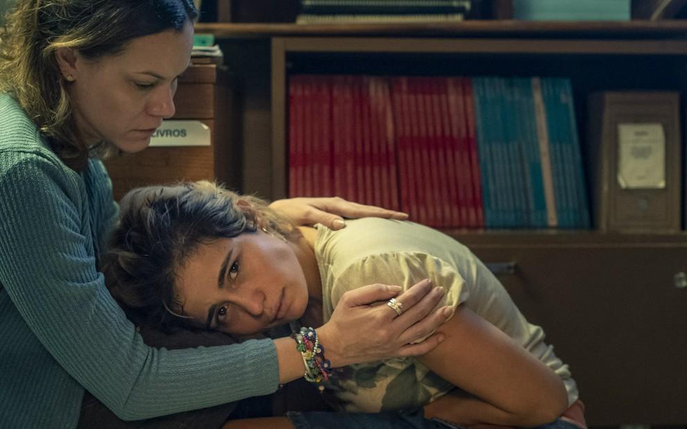 As atrizes Hermila Guedes e Nanda Costa em cena da série Segunda Chamada