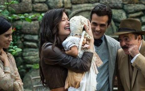 Maria Vitória (Vitória Strada) chora ao rever a filha após um ano em cena de Tempo de Amar - Raquel Cunha/TV Globo