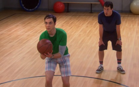 Os atores Jim Parsons e John Ross Bowie jogam basquete na quinta temporada de The Big Bang Theory