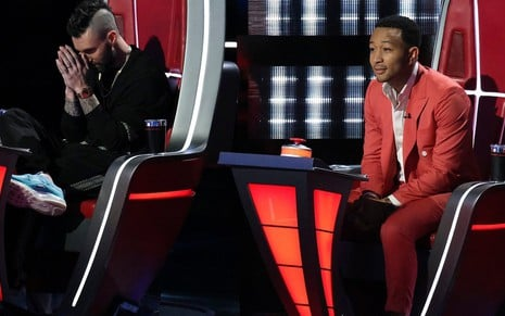 Os jurados Adam Levine e John Legend no cenário da 16ª temporada do The Voice, reality musical da rede NBC