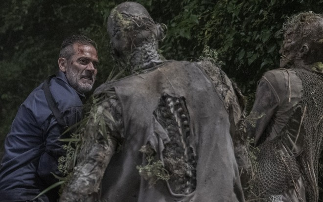 Negan, personagem de Jeffrey Dean Morgan, enfrenta zumbis em cena da décima temporada de The Walking Dead