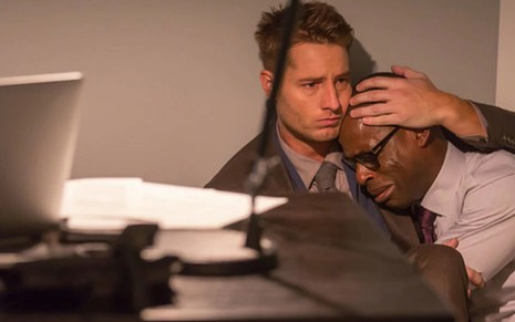 Os atores Justin Hartley e Sterling K. Brown abraçados em cena da primeira temporada de This Is Us