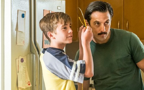 Parker Bates (Kevin criança) e Milo Ventimiglia (Jack) na quarta temporada do drama This Is Us