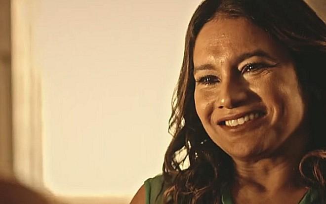 Dira Paes (Beatriz) em cena de Velho Chico; professora será eleita prefeita de Grotas - Reprodução/TV Globo