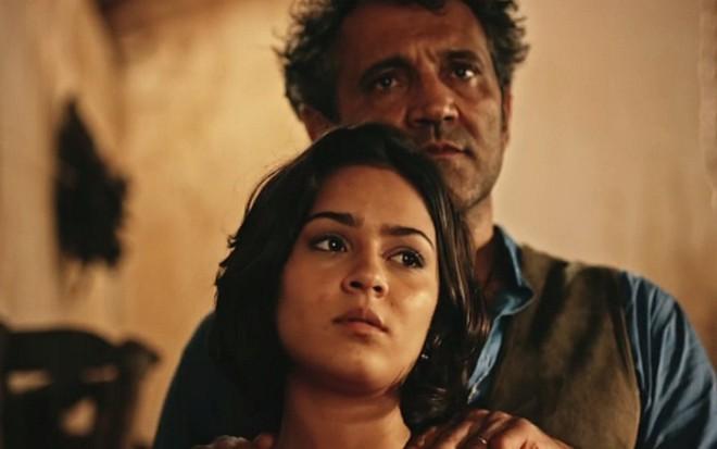 Domingos Montagner (Santo) e Giullia Buscacio (Olívia) em cena de Velho Chico - Reprodução/TV Globo