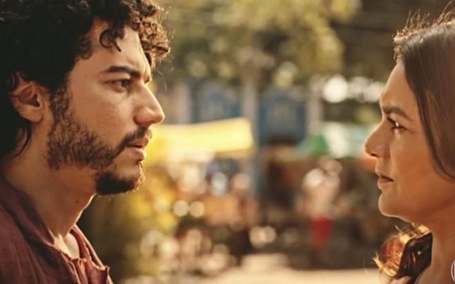 Lee Taylor (Martim) e Dira Paes (Beatriz) em cena de Velho Chico, novela das nove - Reprodução/TV Globo