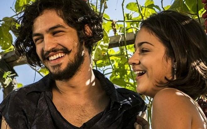 Os atores Gabriel Leone e Giulia Buscacio, que interpretam marido e mulher em Velho Chico - Inácio Moraes/TV Globo