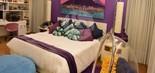 Uma das seis suítes da mansão; residência tem 14 banheiros (Foto: Judice & Araujo/Divulgação)