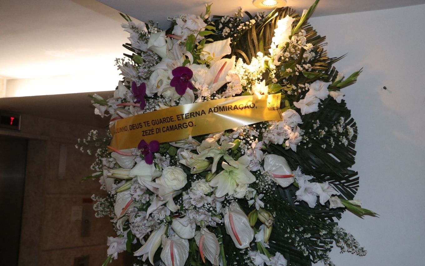 coroa flores zeze di camargo velorio paulinho agnews Outfit members say goodbye to Paulinho at a restricted wake