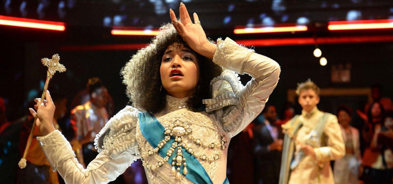 Indya Moore em cena da série Pose, sobre a cultura ballroom na Nova York dos anos 1980
