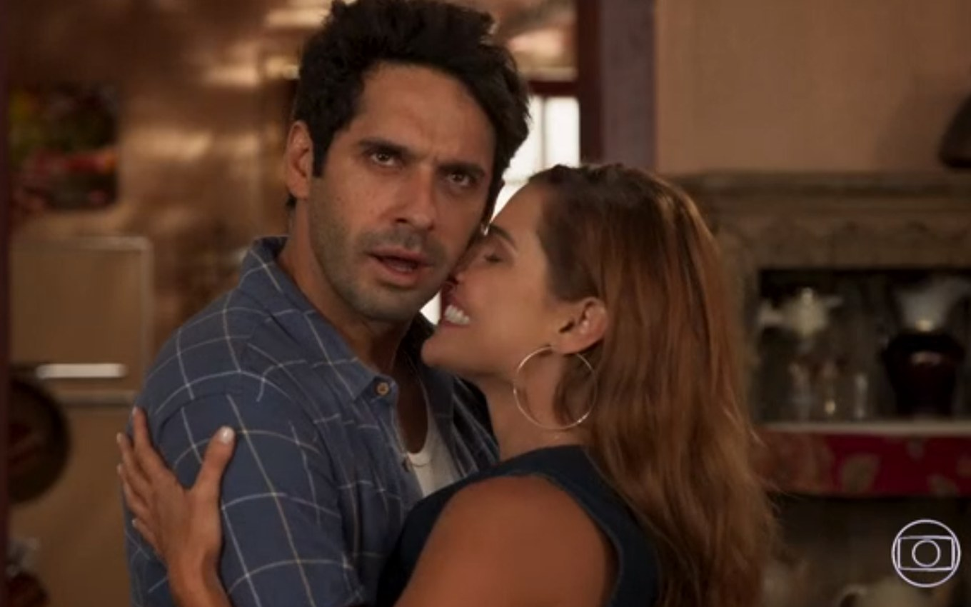 globo reproducao salve se quem puder deborah secco joao baldasserin abracados Save Yourself Who Can: Alexia becomes 'cannibal' the first time in bed with Zezinho