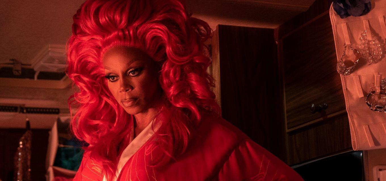 RuPaul é Ruby Red em nova série da Netflix; uma drag queen que cria uma relação com a criança AJ (Izzy G.)