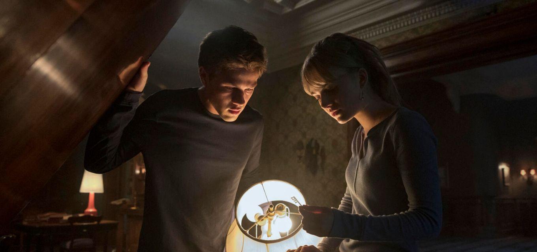 Os atores Connor Jessup e Emilia Jones em cena de nova série de terror da plataforma