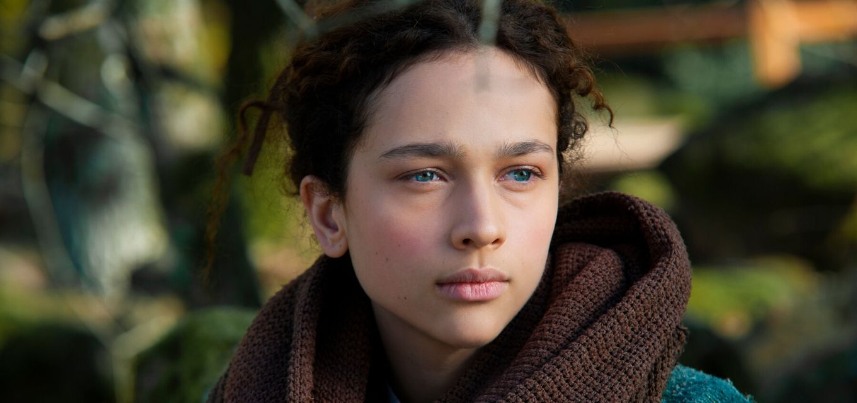 Antonia Fotaras é Ade, jovem parteira acusada de bruxaria após a morte de um recém-nascido