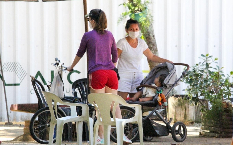 Nathalia Dill com a babá e a filha em barraca à Lagoa Rodrigo de Freitas