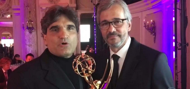 Cao Hamburguer e Paulo Silvestrini com troféu do Emmy em mãos