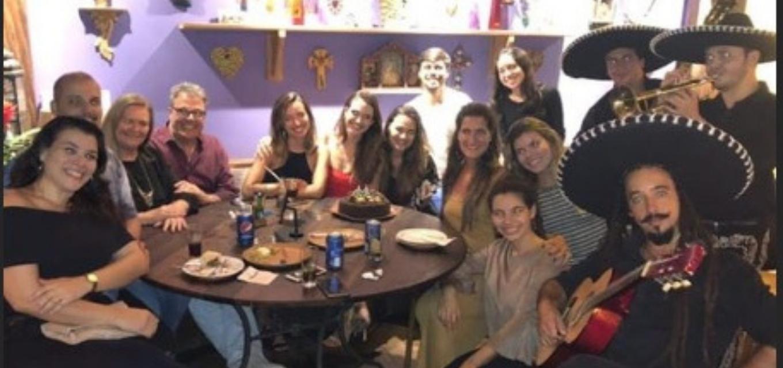 Atriz Juliana Paiva comemorou o aniversário com amigos, mas o ator Nicolas Prattes não marcou presença