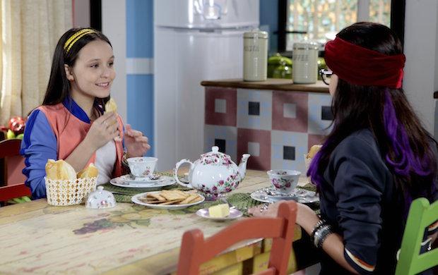 aae76badc8642 A atriz Larissa Manoela contracena com uma dublê em cena da nova novela do  SBT